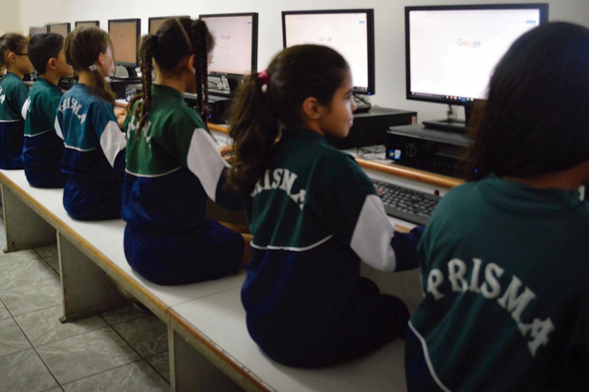 alunos-na-sala-de-informatica